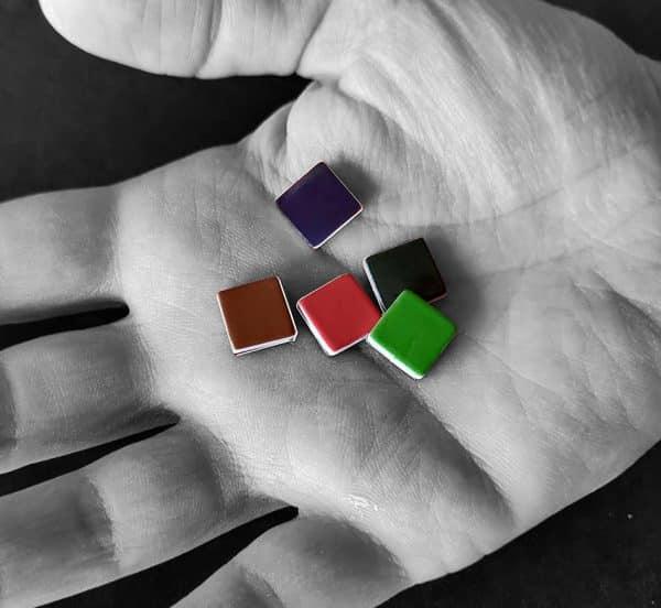 pixel magnétique dans la main